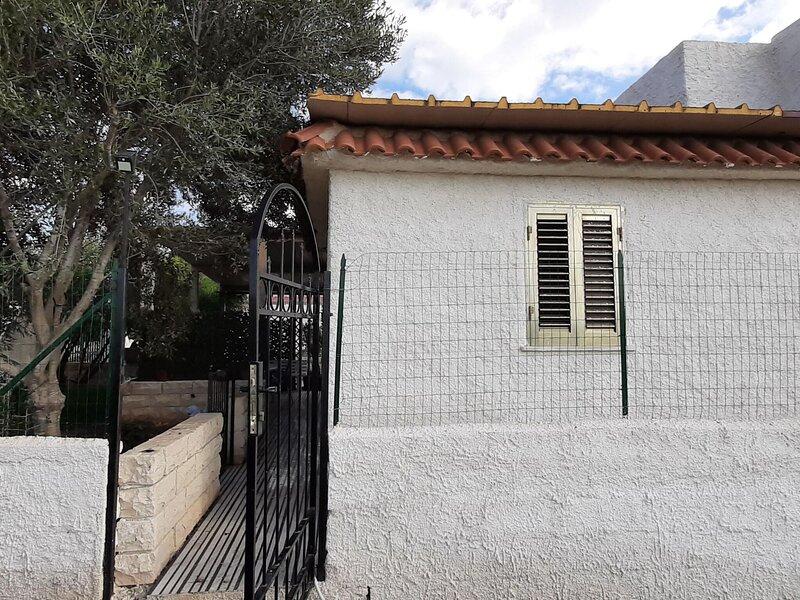 Wonderful Holiday Home in Porto Palo with Barbeque, alquiler de vacaciones en Portopalo di Capo Passero