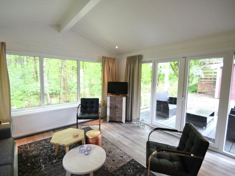 Nice chalet with covered terrace near the forest, holiday rental in Druten