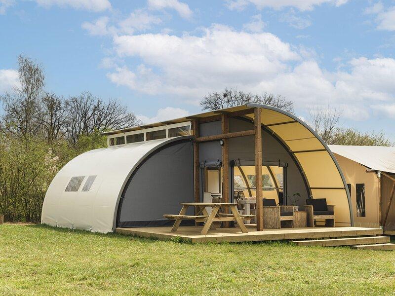 Unique tent with own bathroom on a pop-up campsite, location de vacances à Zuna