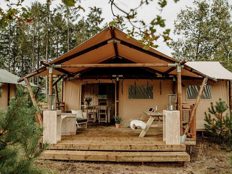 Tent with shower and kitchen, on a pop-up campsite, location de vacances à Zuna