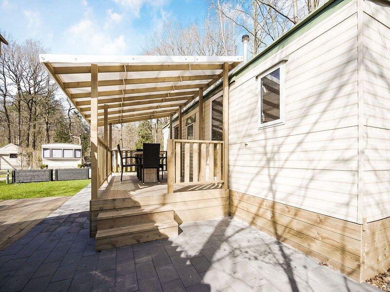 Comfy Mobile Home on Molecaten park 't Hout in Bakkeveen, vacation rental in Haulerwijk