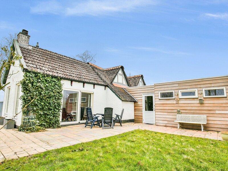 Quaint Holiday Home in Gerkesklooster with Jacuzzi, sauna and fenced garden!, alquiler vacacional en Twijzelerheide