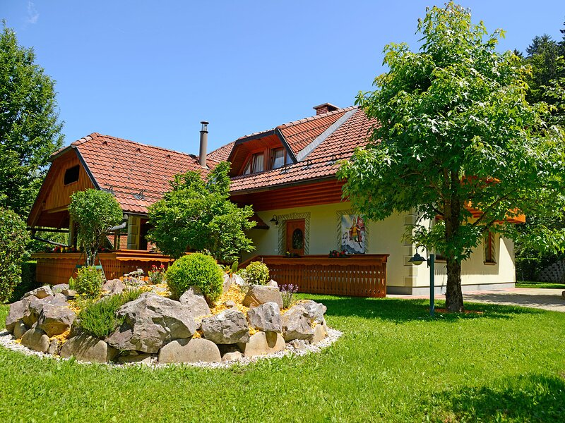 Spacious Holiday Home in Selca with Swimming Pool, alquiler vacacional en Kranj