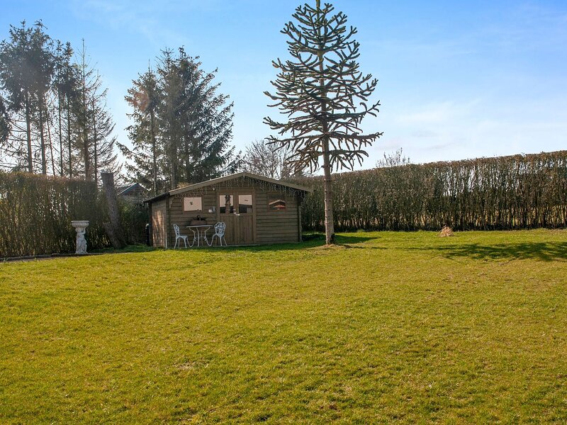 Beautiful and spacious holiday home with pétanque court and countryside views, vacation rental in Somme-Leuze
