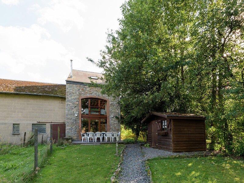 Renovated farmhouse from 1832 with beautiful view of winter sports area, casa vacanza a Bovigny