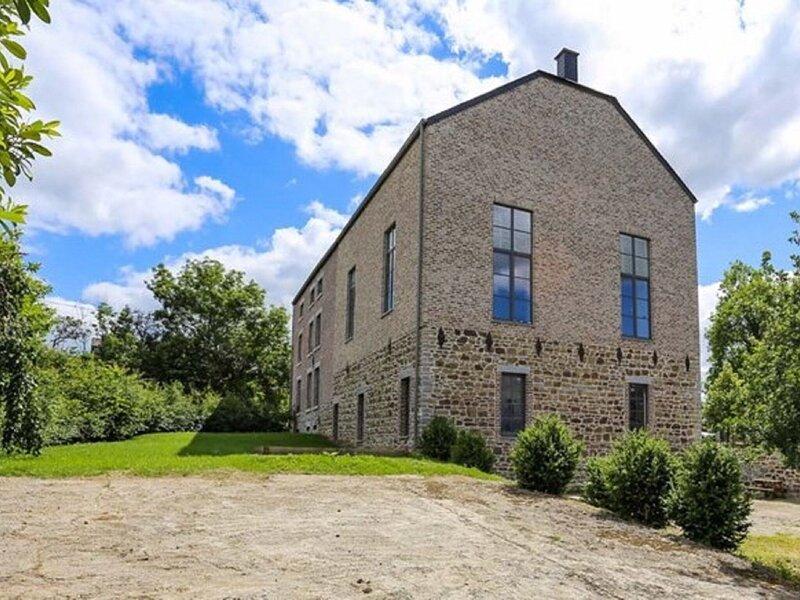 Splendid Mansion in Wancennes with Roofed Terrace, location de vacances à Lavaux-Sainte-Anne