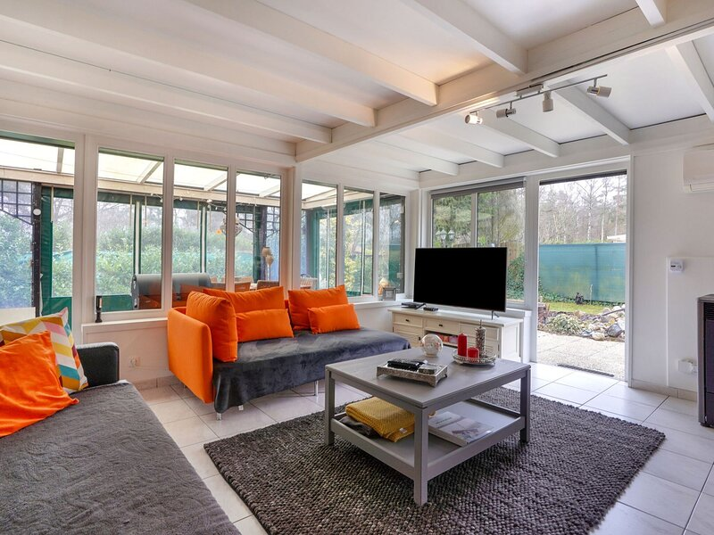 Bright Holiday Home in Lanaken near Lake with Garden, alquiler vacacional en Rekem