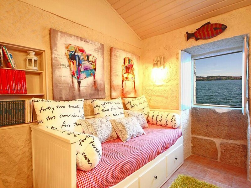 House with history and old salt warehouse hanging over the sea, holiday rental in San Xoan de Poio