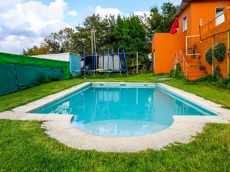Vibrant Holiday Home in the natural heart of Redondela, location de vacances à Ponteareas