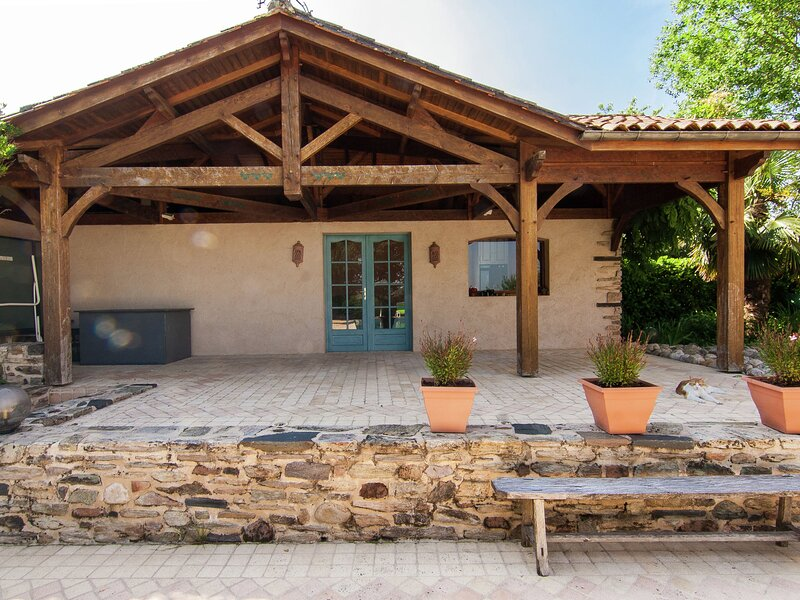 Vibrant Holiday Home in Sainte Trie with Private Pool, vacation rental in Sainte-Trie
