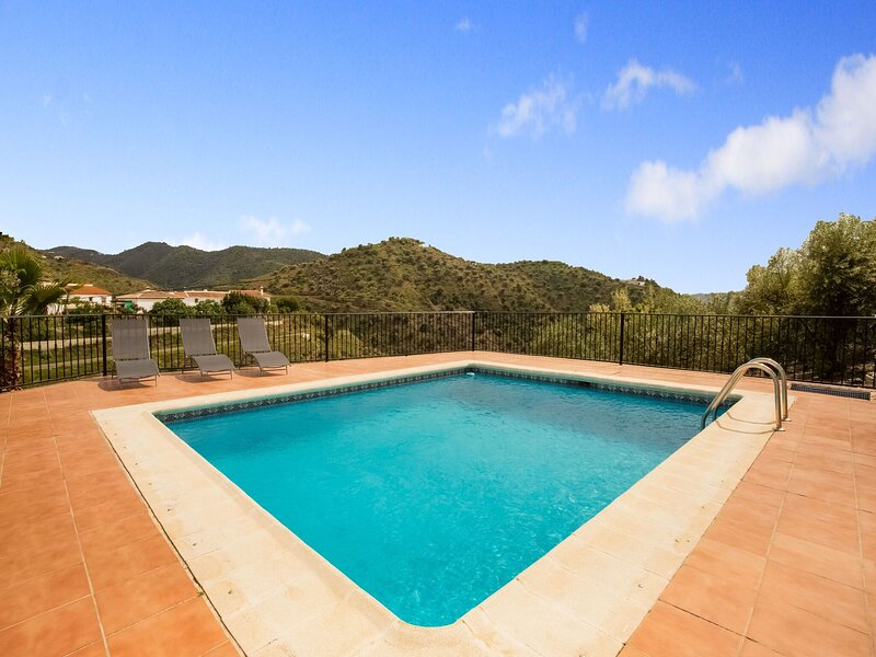 Picturesque Holiday Home in Andalucía with Private Pool, alquiler vacacional en Viñuela