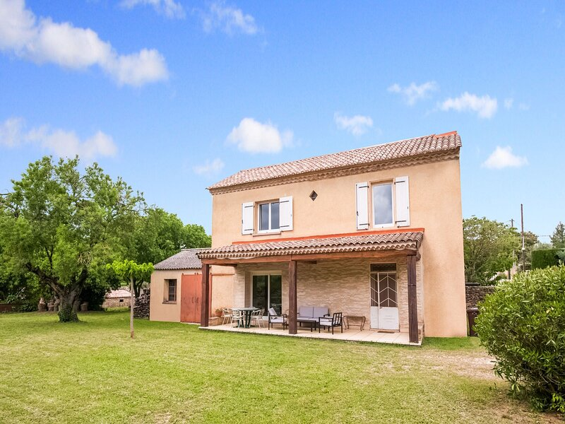 Traditional Holiday Home in Vers-Pont-du-Gard with Garden, alquiler vacacional en Collias