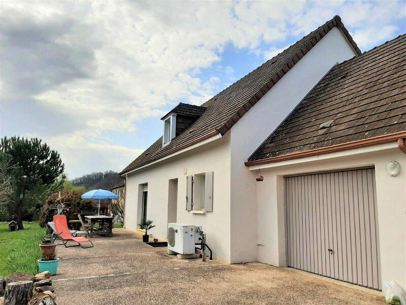 Urbane Holiday Home in Thonac near Canoe Vézère with Garden, alquiler vacacional en Peyzac-le-Moustier