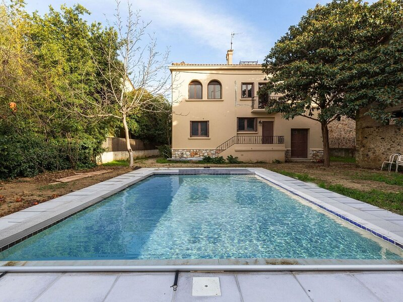Alluring Holiday Home in Estagel with Private Pool, location de vacances à Latour-de-France