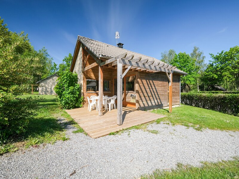 Snug Holiday Home in Signy-le-Petit with Private Terrace, holiday rental in Mondrepuis