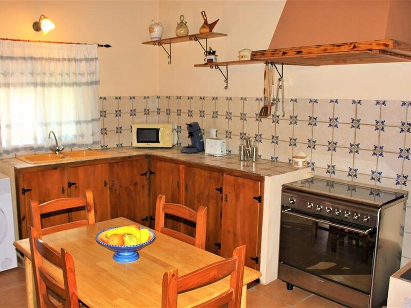Quaint Holiday Home in Sant Jaume d'Enveja with Pool, casa vacanza a L'Eucaliptus