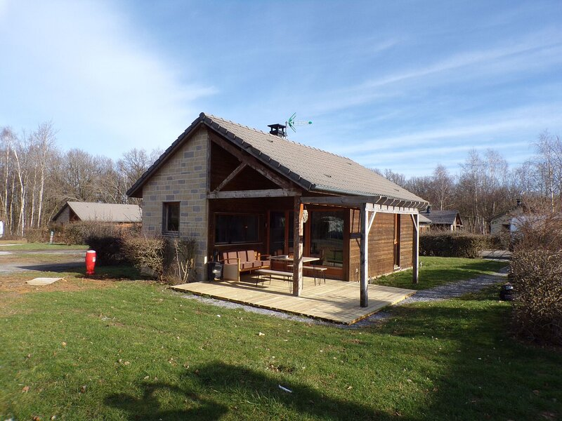 Charming holiday home number 8 in Signy-le-Petit with covered terrace, holiday rental in Mondrepuis