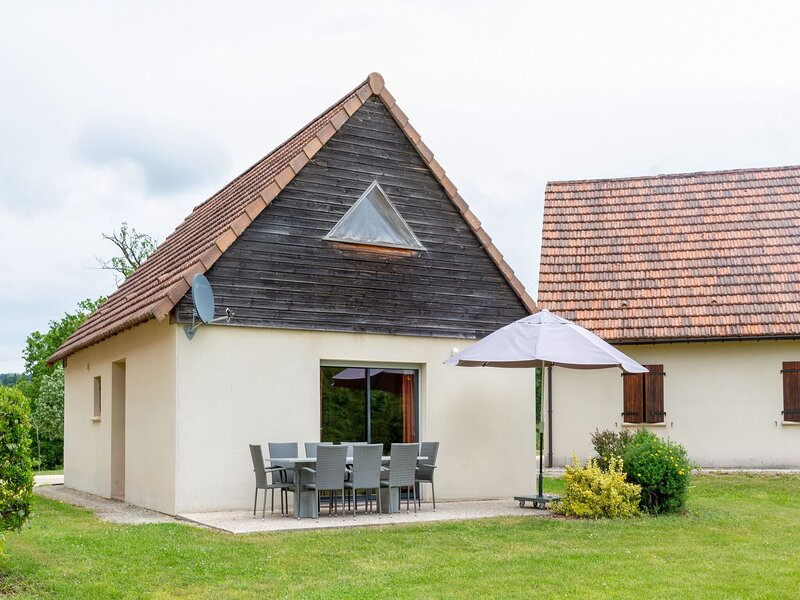 Mountain-view Holiday Home in Lacapelle-Marival with Garden, vacation rental in Lauresses