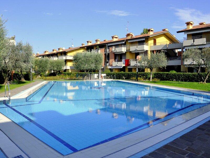 Residence in Lugana di Sirmione, with a beautiful swimming pool, vacation rental in San Martino della Battaglia