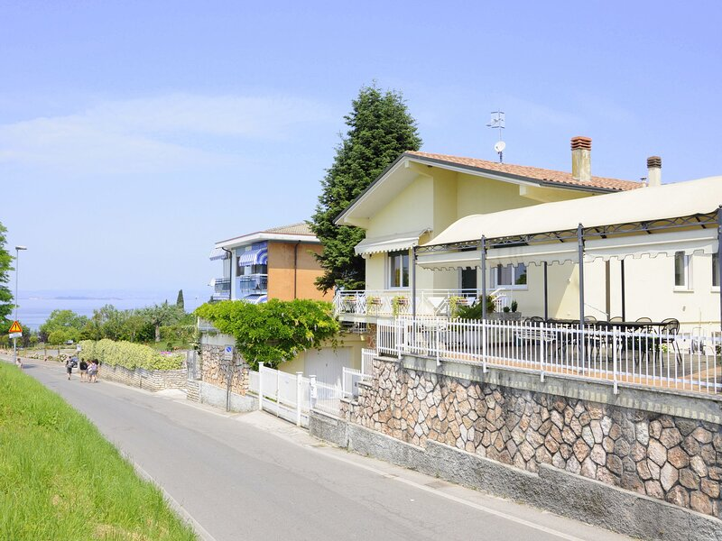 Just 300 meters from the harbour and sandbeach of Pacengo di Lazise, holiday rental in Ronchi