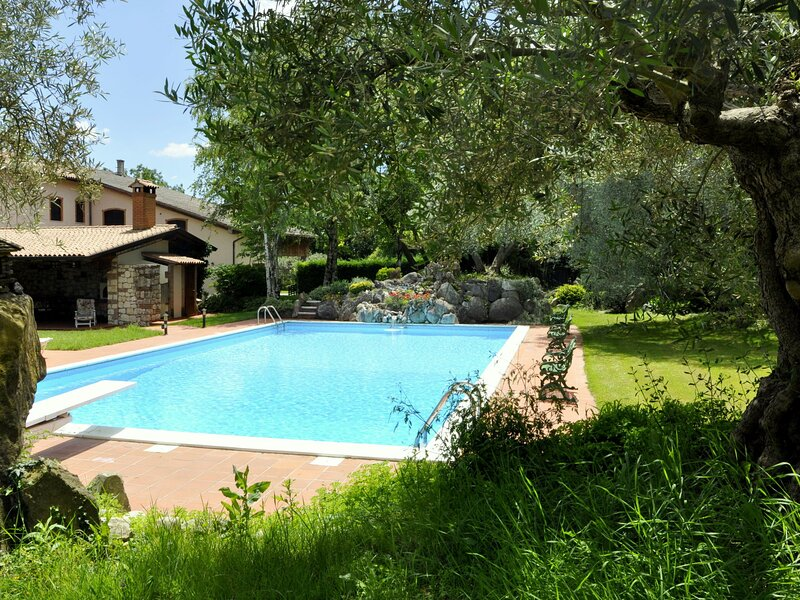Quiet rustic farmhouse, surrounded by greenery, swimming pool with tennis court, holiday rental in Piovezzano