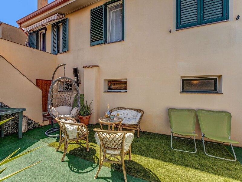 Charming Apartment in Carbonia with Garden, casa vacanza a Gonnesa