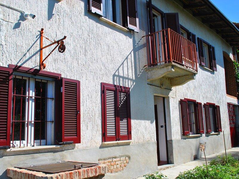 Holiday home in Asti overlooking a hill view from the garden, alquiler de vacaciones en Berzano di San Pietro