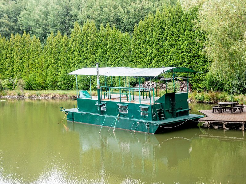 Comfy Houseboat in Florennes next to the Forest, casa vacanza a Charleroi