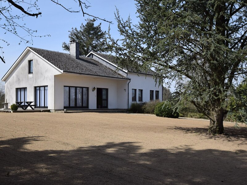 Welcoming Holiday Home in Porcheresse with a large garden, location de vacances à Porcheresse