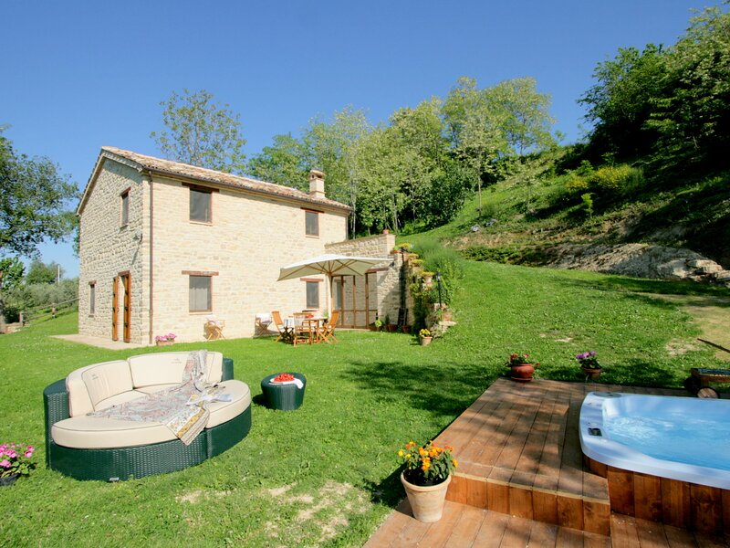 Charming Villa in Monte San Martino with Swimming Pool, vacation rental in Monte san Martino