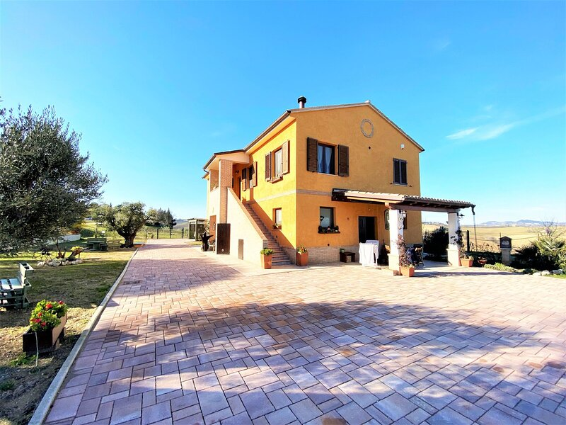 Traditional holiday home in Recanati with a private pool, holiday rental in Montecassiano