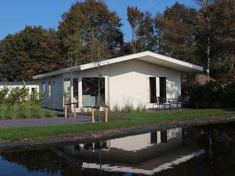 Comfortable chalet with dishwasher, near a national park, location de vacances à IJhorst