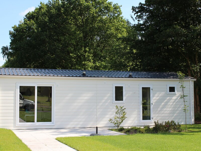 Tidy furnished chalet with WiFi, 1 km. from a national park, location de vacances à IJhorst