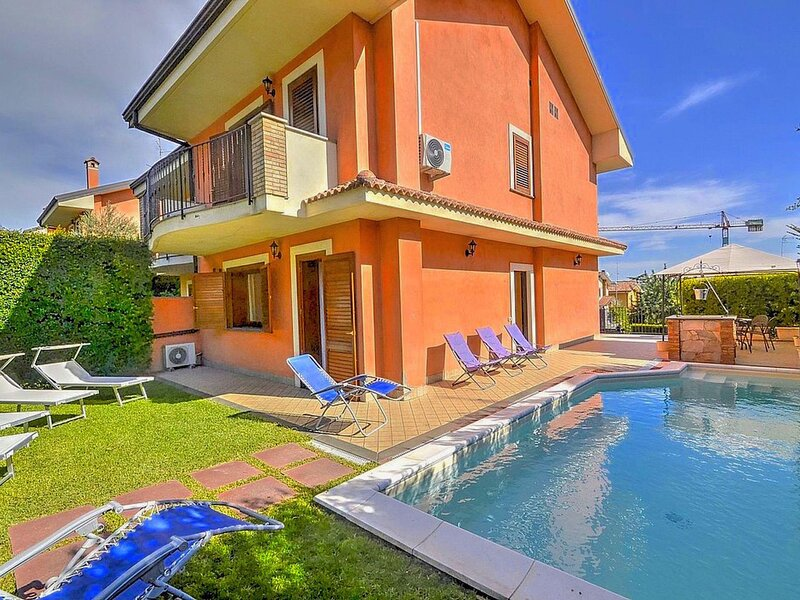 Villa with private swimming pool, located in a residential area at the foot of t, casa vacanza a Trecastagni