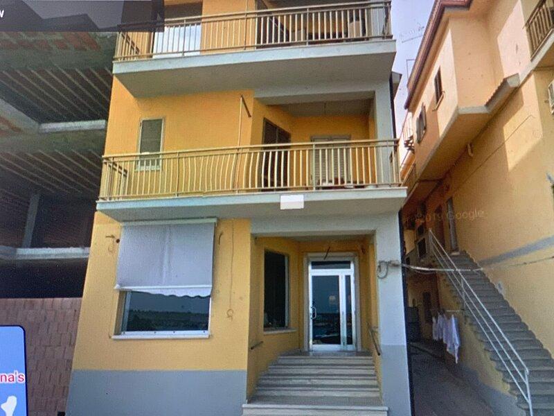 Seafront Apartment in Ciro Marina near Museum, Vineyard, alquiler vacacional en Strongoli