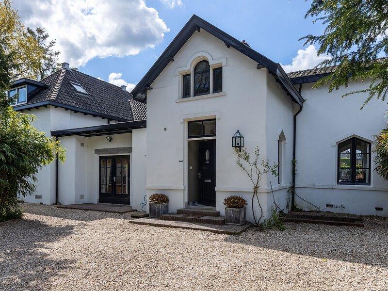 Beautiful villa in Baarn with terrace and bbq, casa vacanza a Loosdrecht