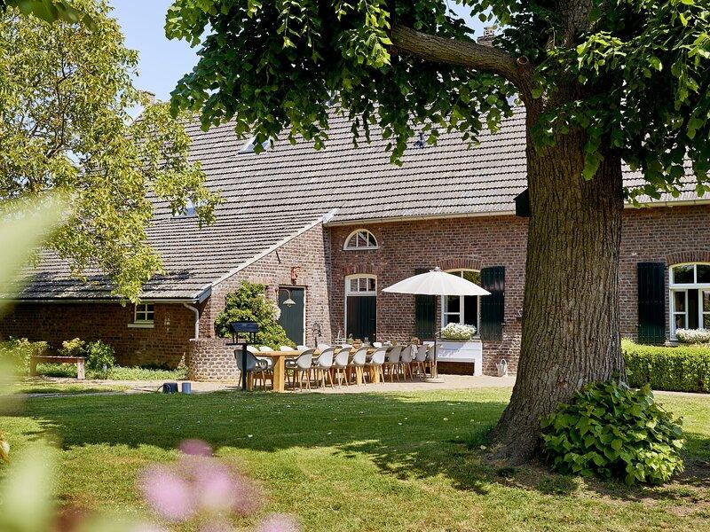 Sprawling Farmhouse in Baarlo with Hot Tub, Private Garden, location de vacances à Arcen