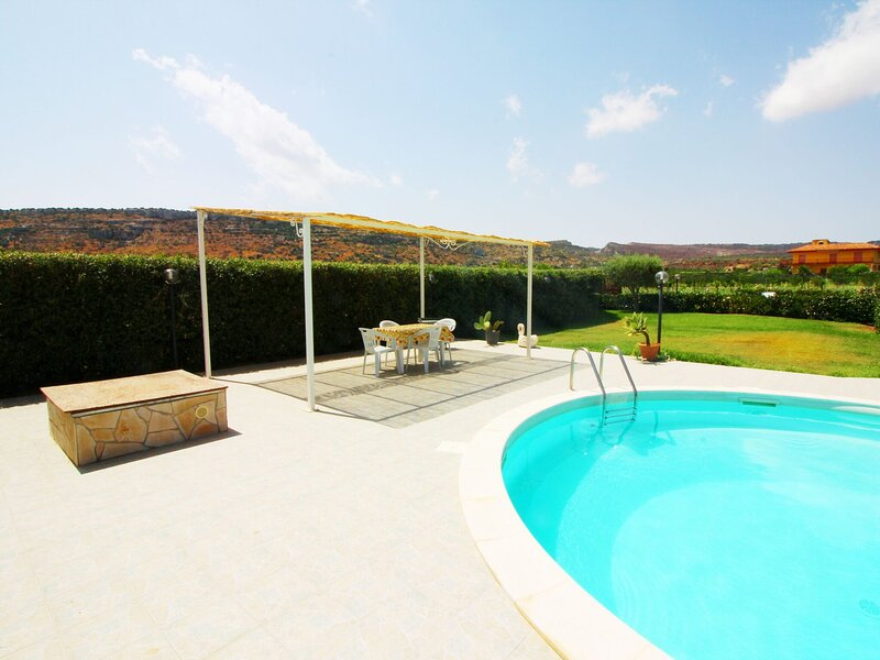 Serene Villa in Floridia with Swimming Pool, casa vacanza a Floridia