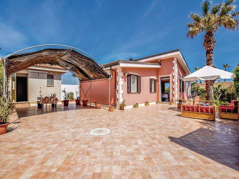 Comfortable Holiday Home in Noto near Sea, holiday rental in San Lorenzo