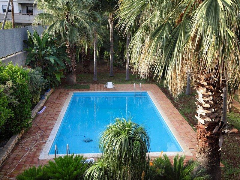Classic Villa in Floridia with Fenced Garden, casa vacanza a Floridia