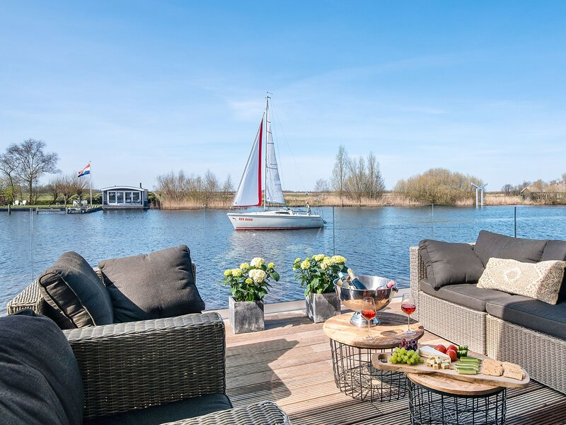 Very spacious 8-person holiday home in Friesland with three bedrooms, vacation rental in Earnewald