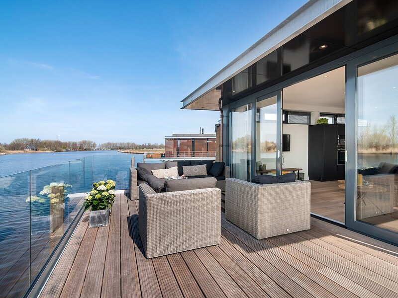 Very spacious 10-person holiday home in Friesland with four bedrooms, vacation rental in Earnewald