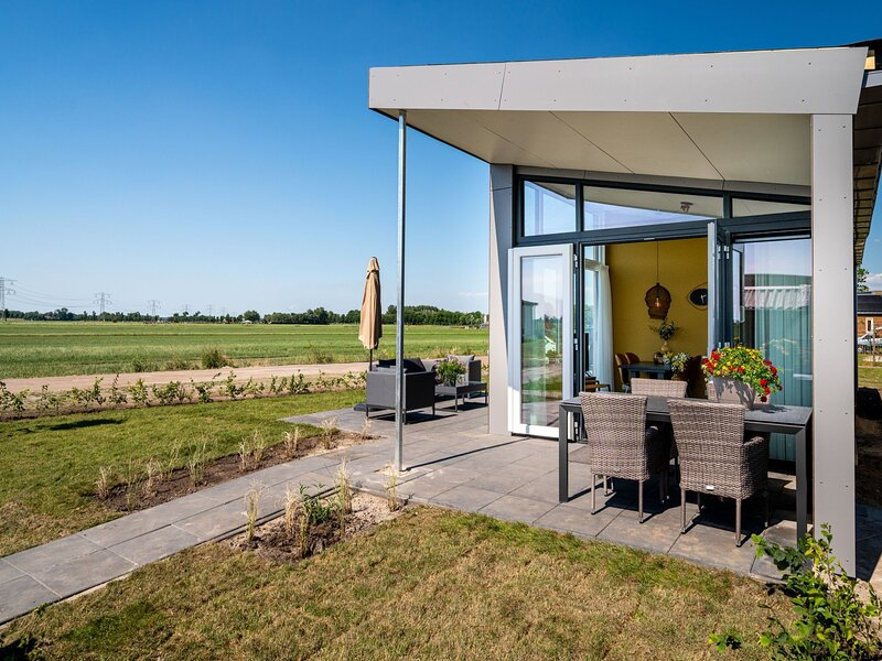 Beautiful chalet with a jetty, near Frisian lakes, holiday rental in Sneek