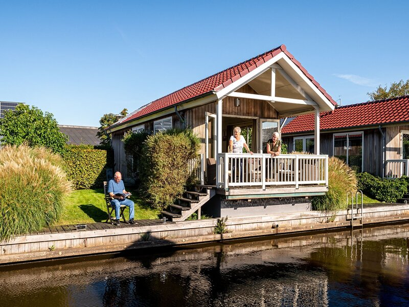Beautiful chalet with sauna and right on the water, holiday rental in Sneek