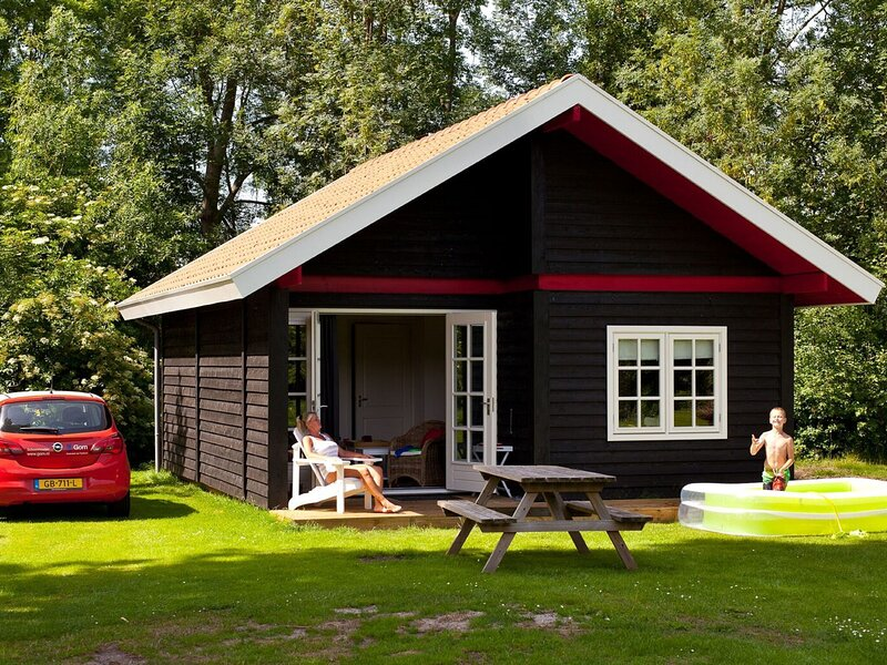 Cozy chalet with pallet stove, vacation rental in Earnewald