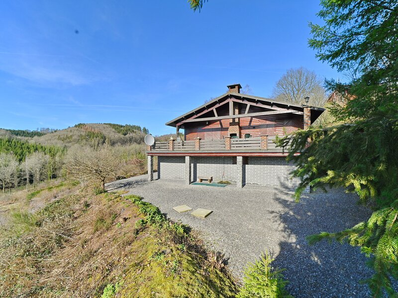 Chalet in the heart of the Ardennes with panoramic views over the Ourthe valley, location de vacances à Rendeux