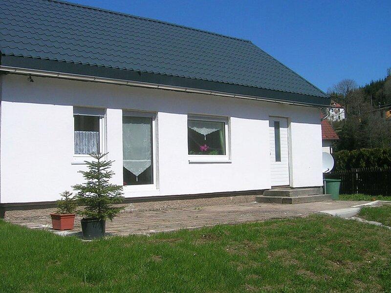 Snug Holiday Home in Schmiedefeld am Rennsteig with Garden, casa vacanza a Neustadt am Rennsteig