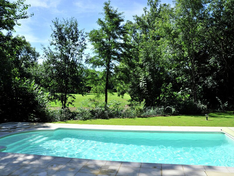 Detached villa with barbecue, located in the Pyrenees, location de vacances à Anglès