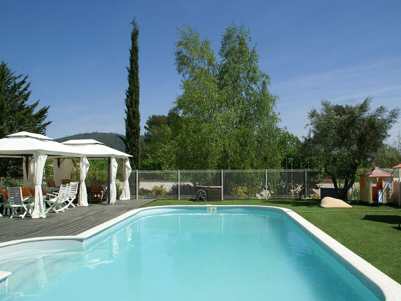 Airconditioned, spacious Villa in Garéoult with a Private Pool, location de vacances à Gareoult