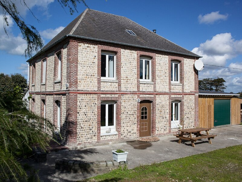 Spacious Cottage in Colleville with Garden, holiday rental in Theuville-aux-Maillots